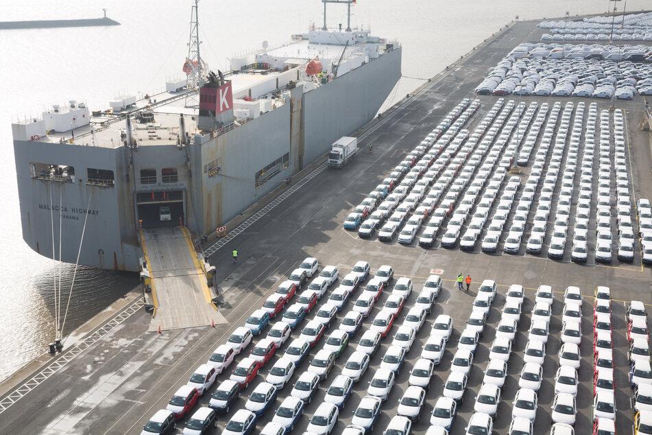 VW-Autos warten auf die Verschiffung ins Ausland, der deutsche Exporterholt sich langsam wieder nach der Corona-Krise.