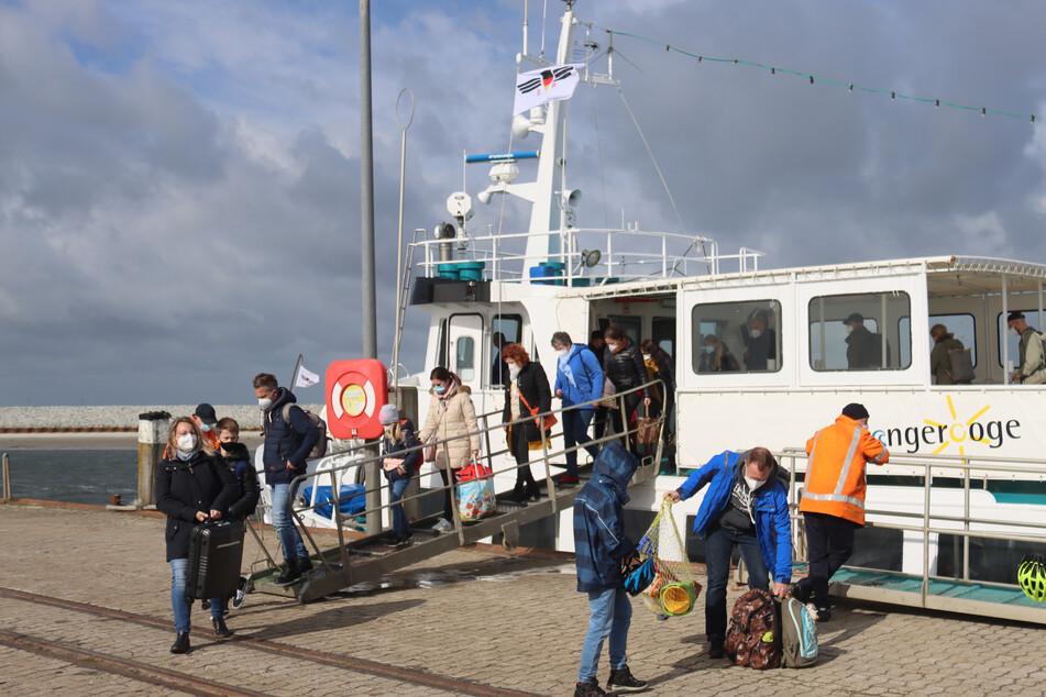 Besucher verlassen die Fähre Jens Albrecht III. Diese kleinere Fähre wird als Ersatz bis nächsten Donnerstag eingesetzt.