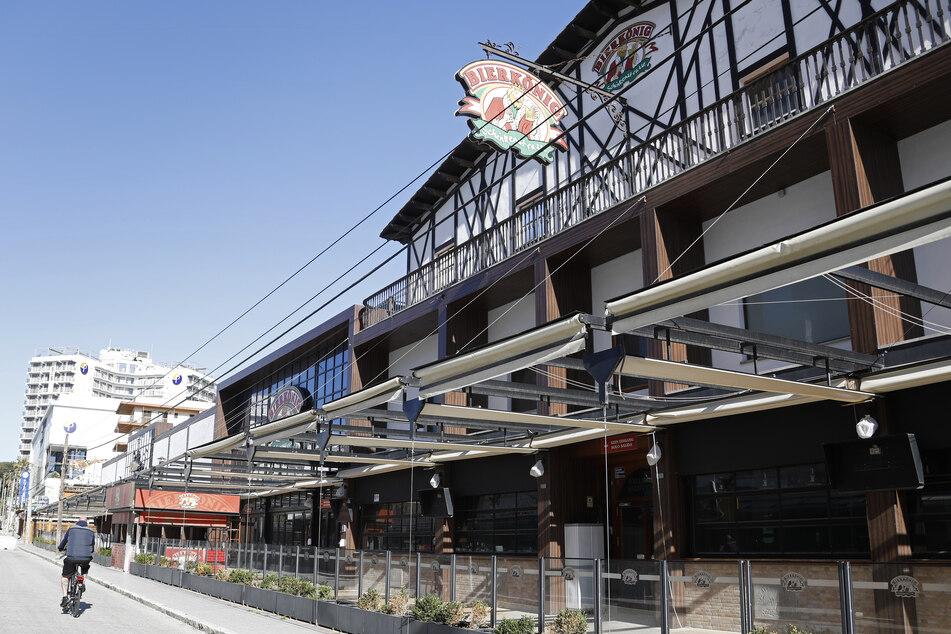 Der Bierkönig und andere Bars auf der Schinkenstraße an der Playa de Palma sind bereits geschlossen.