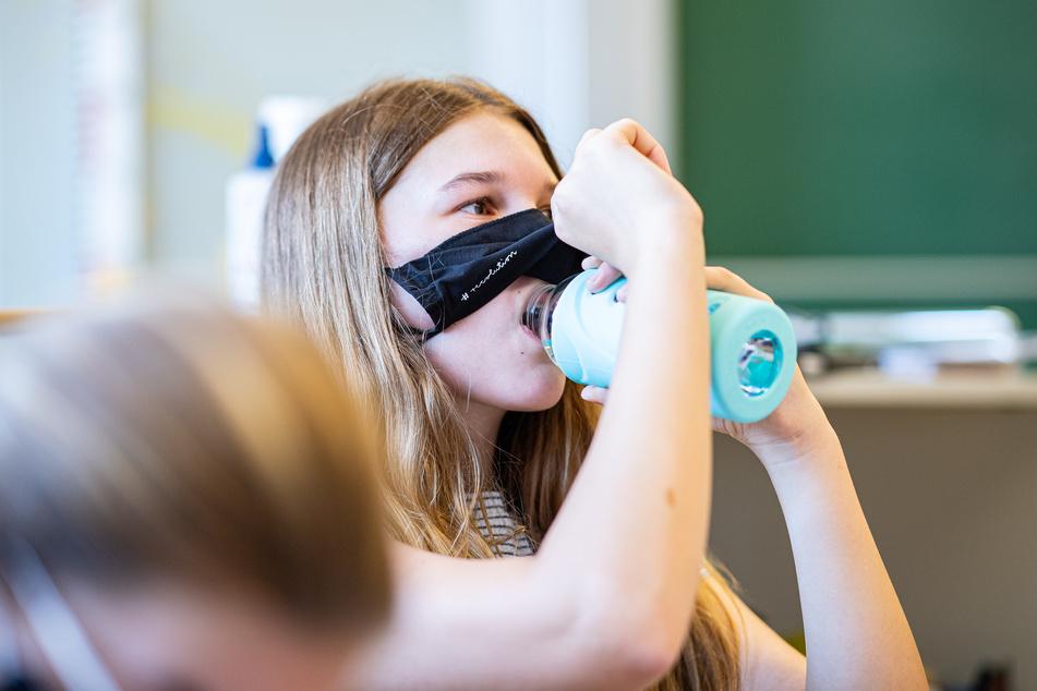 Während des Unterrichts gilt an NRW-Schulen keine Maskenpflicht mehr, bei der Kommunalwahl muss aber eine Maske getragen werden.