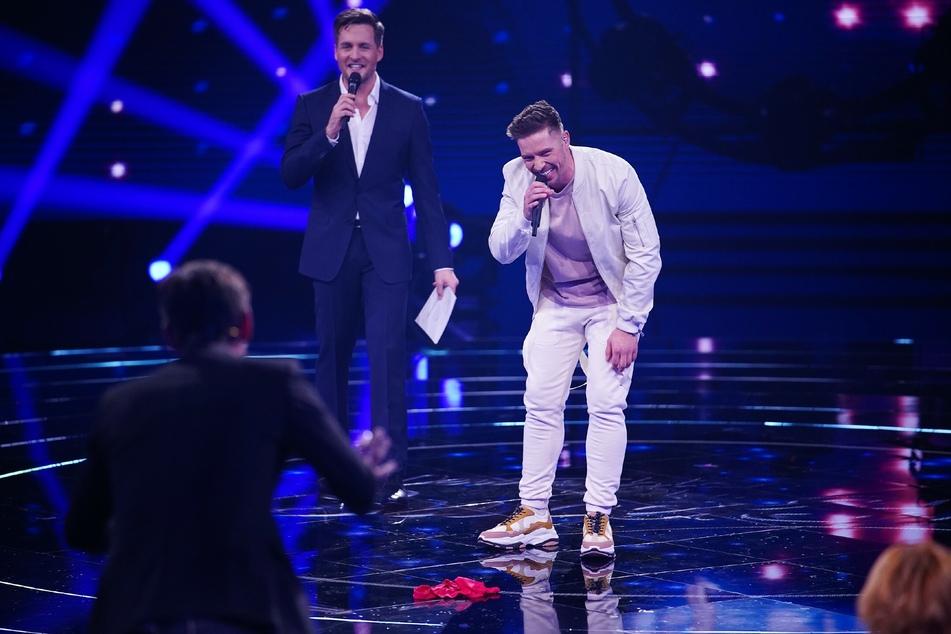 Ramon Kaselowsky (26, r.) hat von Jurymitglied Florian Silbereisen (38, vorn links) eine rote Unterhose als Glücksbringer bekommen.