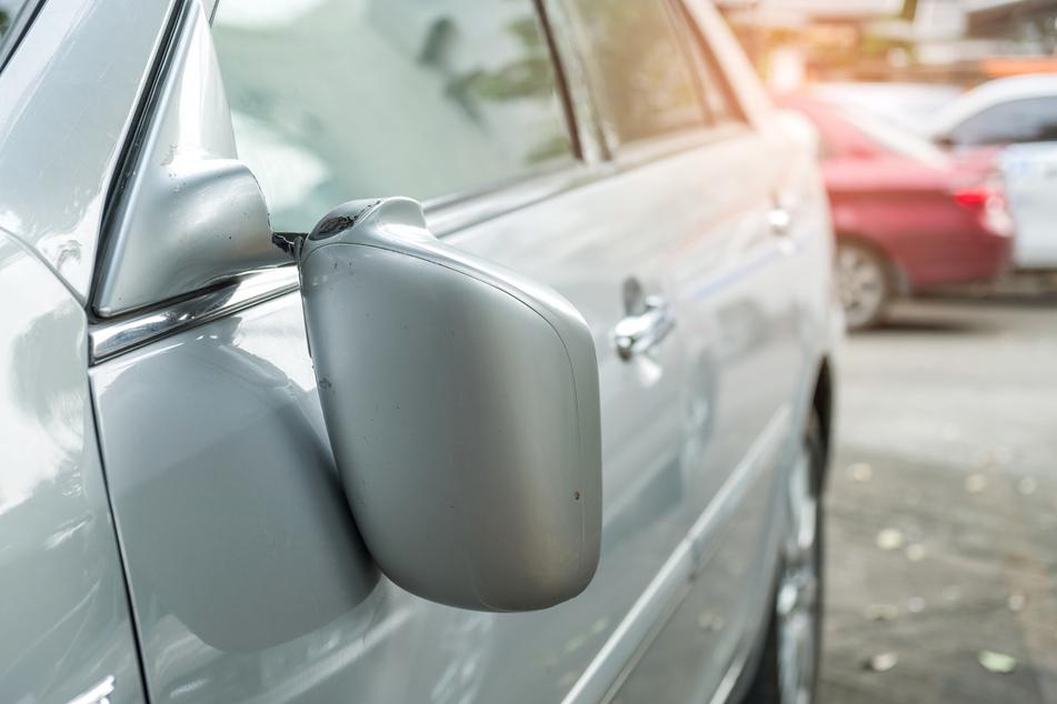 Der 27-Jährige trat die Spiegel von sechs Autos ab. (Symbolbild)