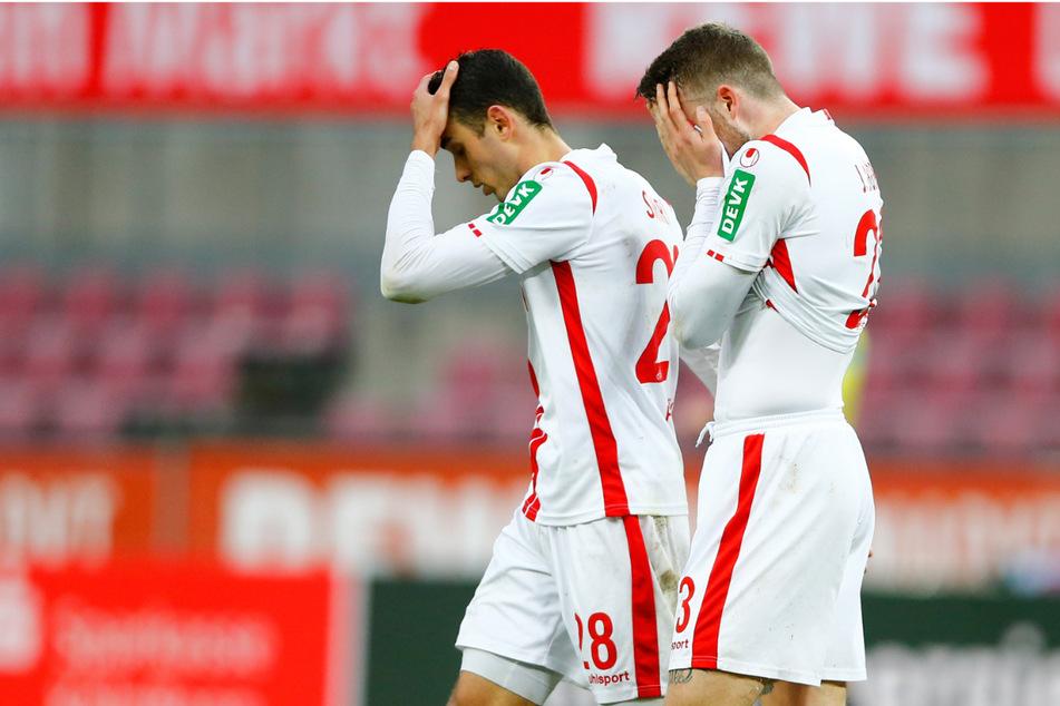 Riesige Enttäuschung bei den Kölner Profis Jannes Horn (24, rechts) und Ellyes Skhiri (25) nach der Niederlage gegen Mainz 05.