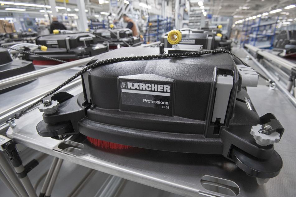 Bodenköpfe von Scheuersaugmaschinen liegen in der Montage der Alfred Kärcher SE & Co. KG auf einem Rolltisch.