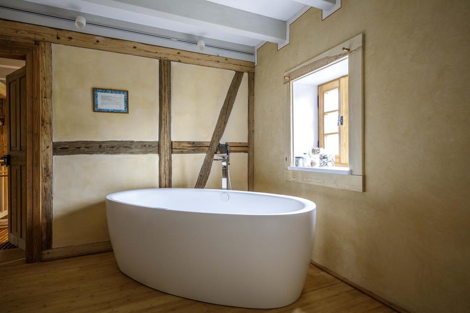 Alt und Neu vereint: historisches Fachwerk und moderne Badewanne.