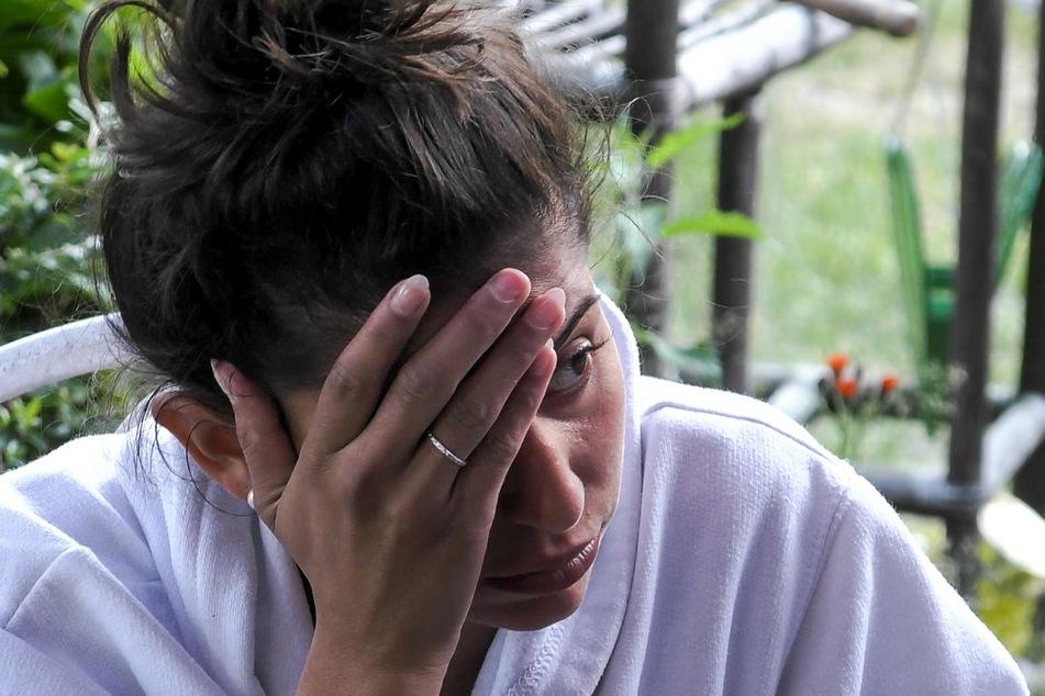 """Eva Benetatou (28) musste sich im """"Sommerhaus der Stars"""" heftigen Attacken stellen. Die große Aussprache wird im TV nicht live ablaufen."""
