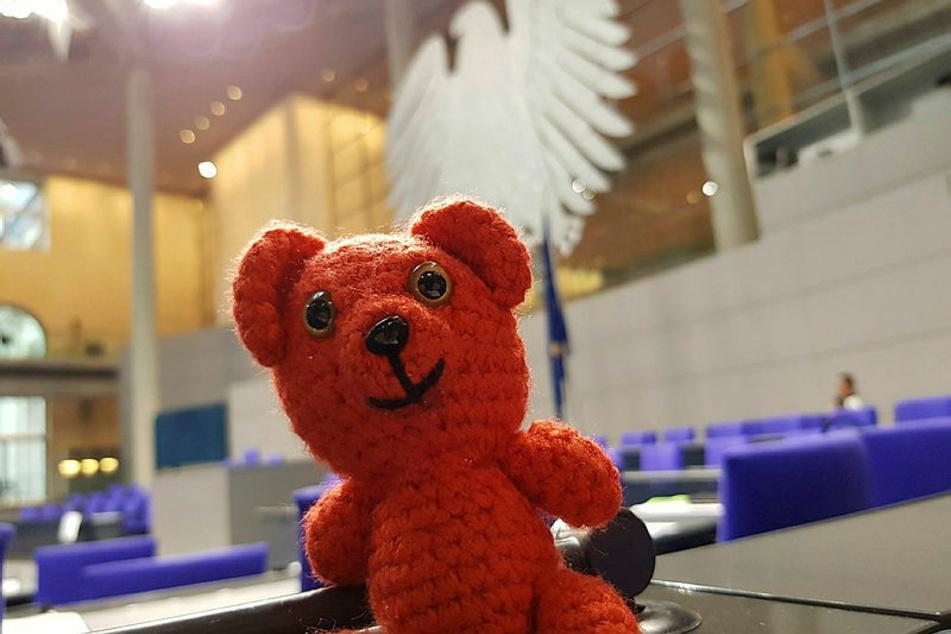 """Der """"Rote Bär"""" ist Pellmanns Häkel-Maskottchen, das gleichsam seit 2017 im Bundestag sitzt."""