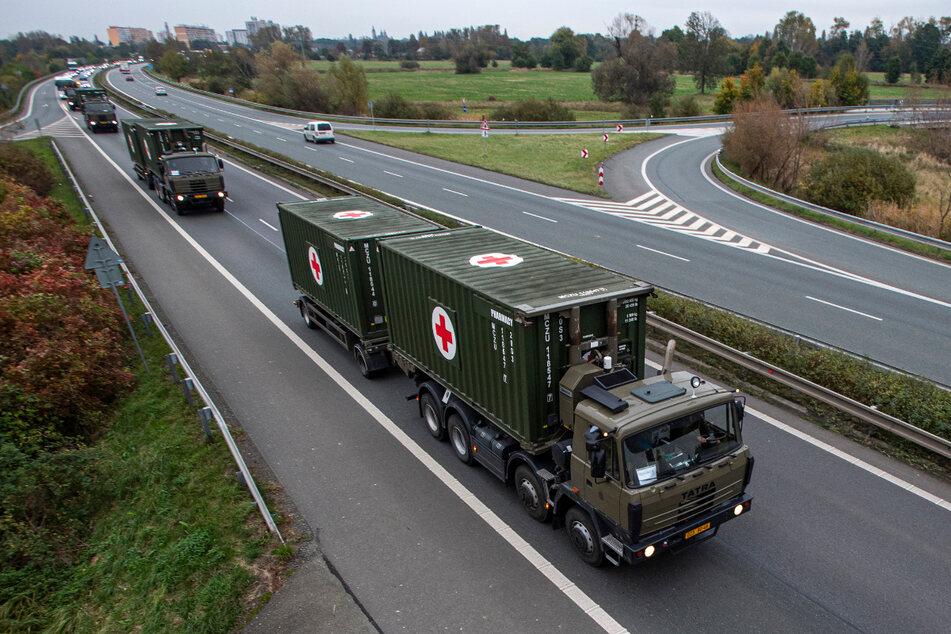 Ein Konvoi mit 29 Fahrzeugen bringt rund 165 Tonnen medizinisches Material vom Sanitätsstützpunkt in Hradec Kralove nach Prag.