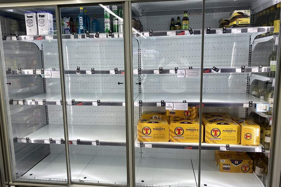 Dieses von @HapG86 auf Twitter veröffentlichte Foto zeigt leere Regale in einem Supermarkt. Das Unternehmen antwortete dem Twitter-Nutzer, dass der den geringen Lagerbestand darauf zurückzuführen sei, dass sich viele Mitarbeiter sich coronabedingt in Selbstisolation befänden. Die hohe Zahl an Menschen in coronabedingter Quarantäne stellt Großbritannien vor neue Herausforderungen.