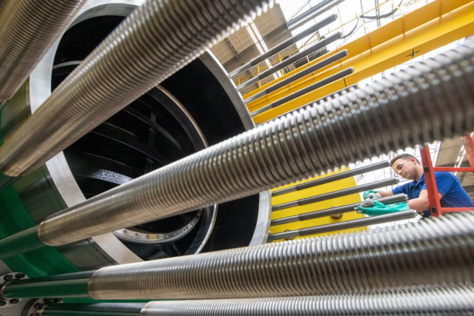 Ein Voith-Mitarbeiter reinigt am Stammsitz in Heidenheim einen Kugelschieber eines Wasserkraftwerks.