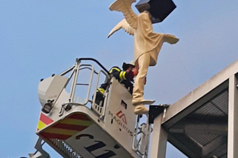 Nur noch eine Schraube hielt die Skulptur auf dem Dach.