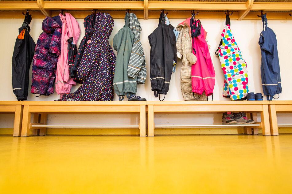 Die Kitas sollen aber eine Notbetreuung anbieten für Kinder aus Familien, die dringend darauf angewiesen sind.