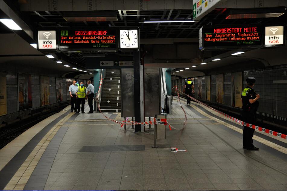 Polizisten suchen das Gleis der U1-Haltestelle am Hauptbahnhof ab.