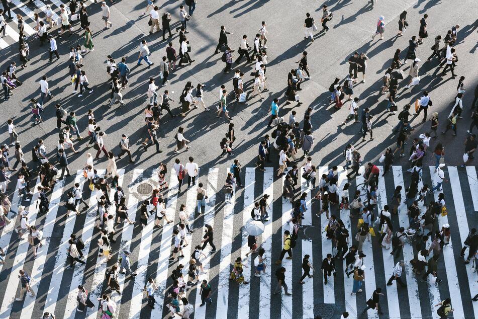 News zur Gesellschaft sind so bunt und vielfältig wie die Menschen selbst (Foto: Unsplash/Ryoji Iwata).