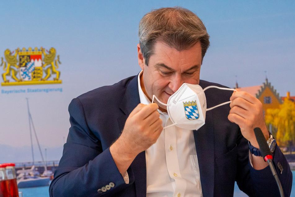Markus Söder (54, CSU), Ministerpräsident von Bayern, nimmt zu Beginn der Sitzung des bayerischen Kabinetts seine FFP2-Maske ab.
