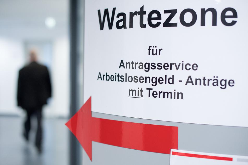 Ein Mann geht in den Wartebereich für den Antragsservice Arbeitslosengeld. Dem deutschen Arbeitsmarkt droht in der Corona-Krise nach Einschätzung des Ifo-Instituts nach der Kurzarbeit auch ein Stellenabbau.