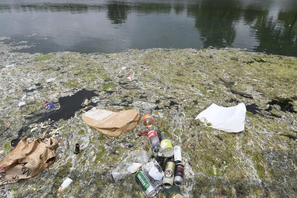 Leere Flaschen und anderer Müll schwammen als letzte Überreste einer Party im Aachener Weiher, nachdem 1000 Teilnehmer vor einer Woche an dem Kölner Hotspot gefeiert hatten.