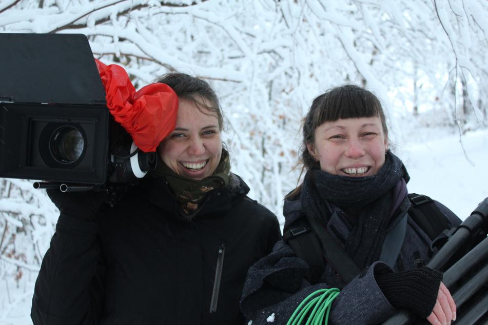 """Kamerafrau Janine Pätzold (l.) und Regisseurin Laura Reichwald (32) drehten den Film """"Stollen""""."""
