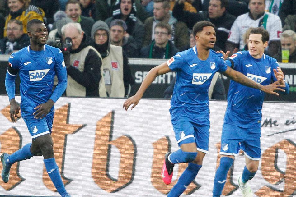Hoffenheims Torschütze zum 1:1 Lucas Ribeiro (Mitte) jubelt mit Ihlas Bebou (links) und Sebastian Rudy (rechts) beim Spiel gegen Borussia Mönchengladbach.