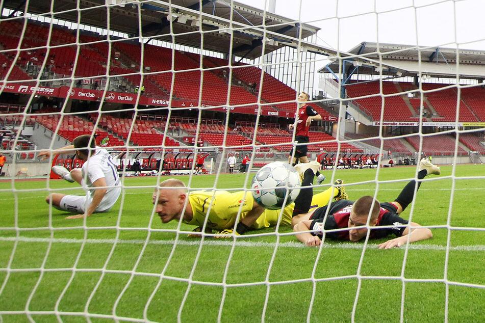 Felix Dornebusch (M.) hat das Nachsehen. Eben hat Dimitrij Nazarov (l.) im Rückspiel in Nürnberg das 1:0 für Aue erzielt. Am Ende hieß es 1:1.