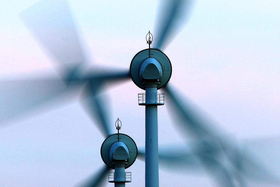 Seit 2014 muss der Abstand eines Windrads zu Wohnbebauung in Bayern mindestens das Zehnfache (10H) der Höhe betragen. (Symbolbild)