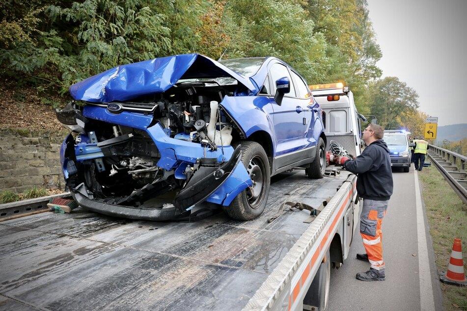 Der blaue Ford ist von dem Frontal-Zusammenstoß sichtlich gekennzeichnet.