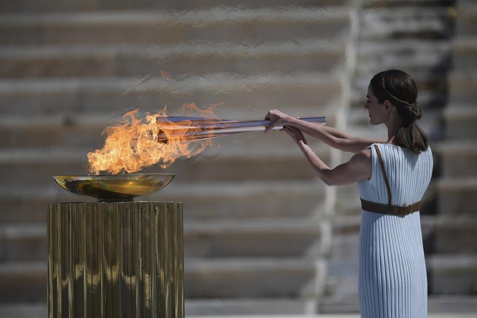Die griechische Schauspielerin Xanthi Georgiou entzündet die olympische Fackel während der Übergabe des olympischen Feuers an die Organisatoren der Sommerspiele von Tokio 2020.