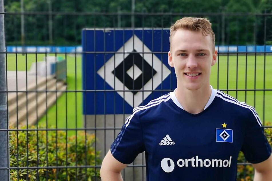 Neuzugang Sebastian Schonlau (26) posiert am Trainingsplatz vor einem HSV-Logo.