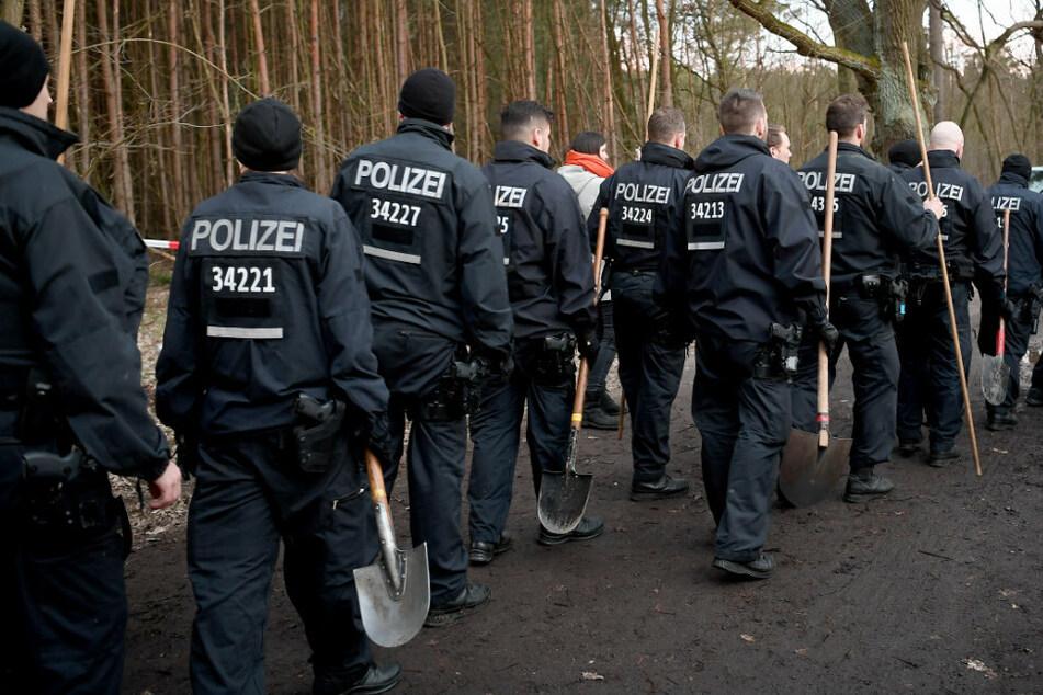 Berliner Polizisten brechen bei Einbruch der Dunkelheit die Suche in einem Brandenburger Waldstück nach der vermissten Rebecca Reusch ab.