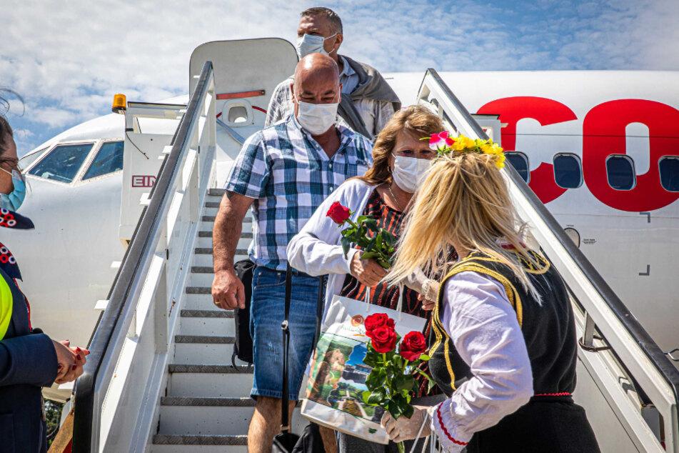 Bulgarien, Burgas: Niederländische Urlauber werden am Flughafen mit Rosen begrüßt.