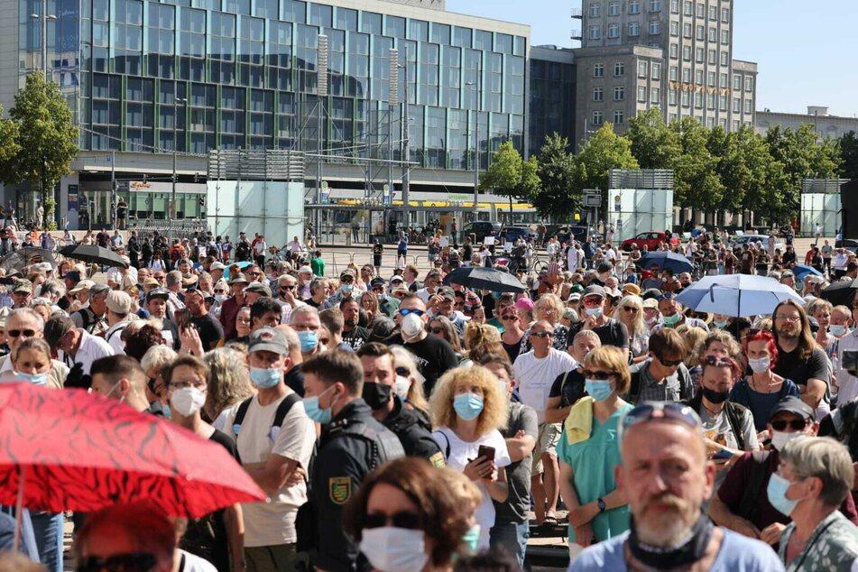 """Bis zu 800 Personen nahmen am 14. August an Kundgebung und Aufzug unter dem Motto """"Ärzte und Wissenschaftler klären auf"""" teil."""