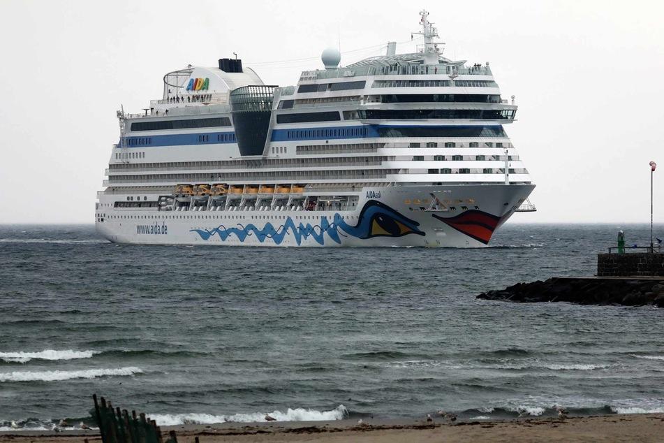 """Als erstes Kreuzfahrtschiff der Saison 2021 in Warnemünde läuft die """"Aidasol"""" in den Seekanal ein."""