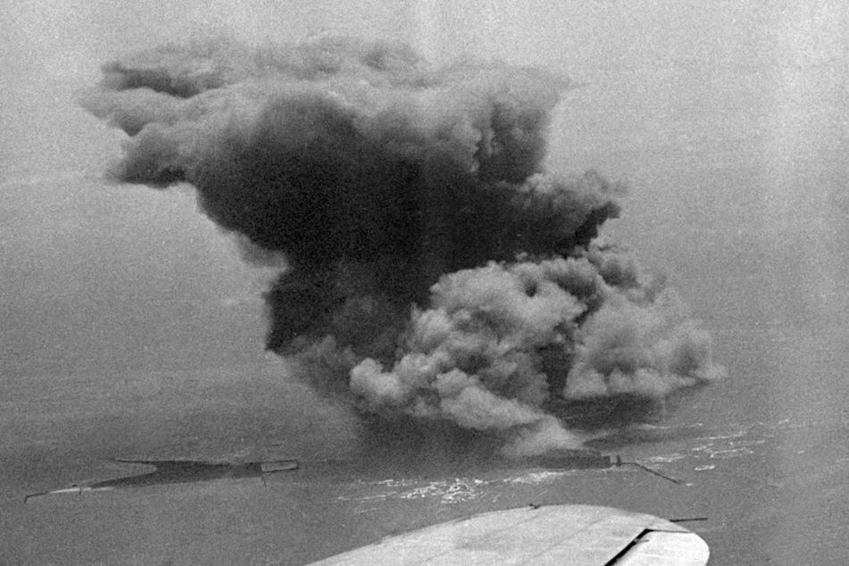 Eine gewaltige Explosionswolke steigt auf, nachdem britische Truppen am 18. April 1947 mit 6700 Tonnen Munition einen Teil der Nordseeinsel Helgoland gesprengt haben.