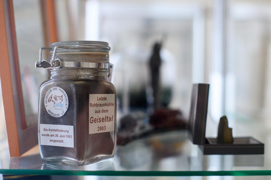 Ein Glas mit der letzten Rohbraunkohle aus dem Geiseltal ging als Geschenk an Ministerpräsident Reiner Haseloff.