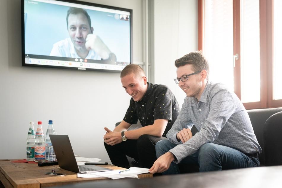 Die TAG24-Redakteure Paul Hoffmann (28, r.) und Erik Töpfer (21) im virtuellen Gespräch mit Lars Klingbeil.
