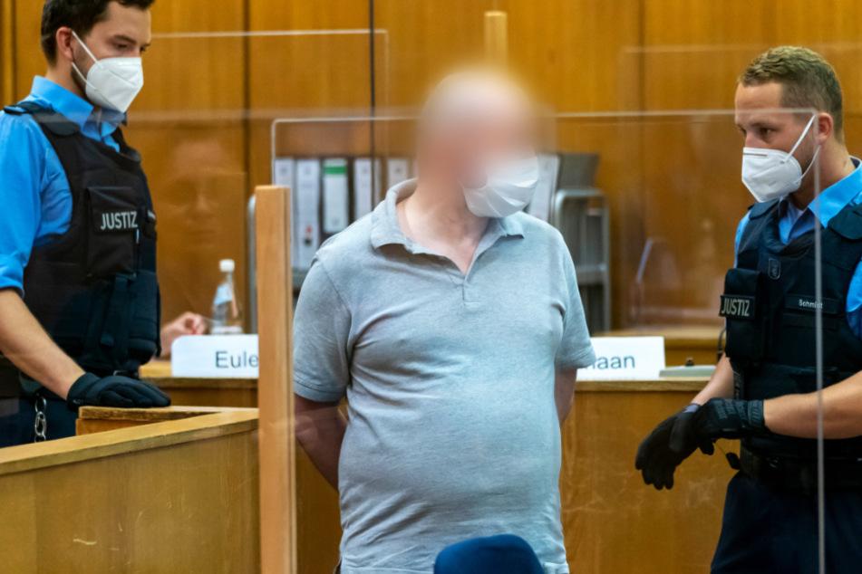Der Mitangeklagte im Mordfall Lübcke, Markus H. (M., Foto vom 13. August) wird von zwei Justizbeamten in den Gerichtssaal geführt.