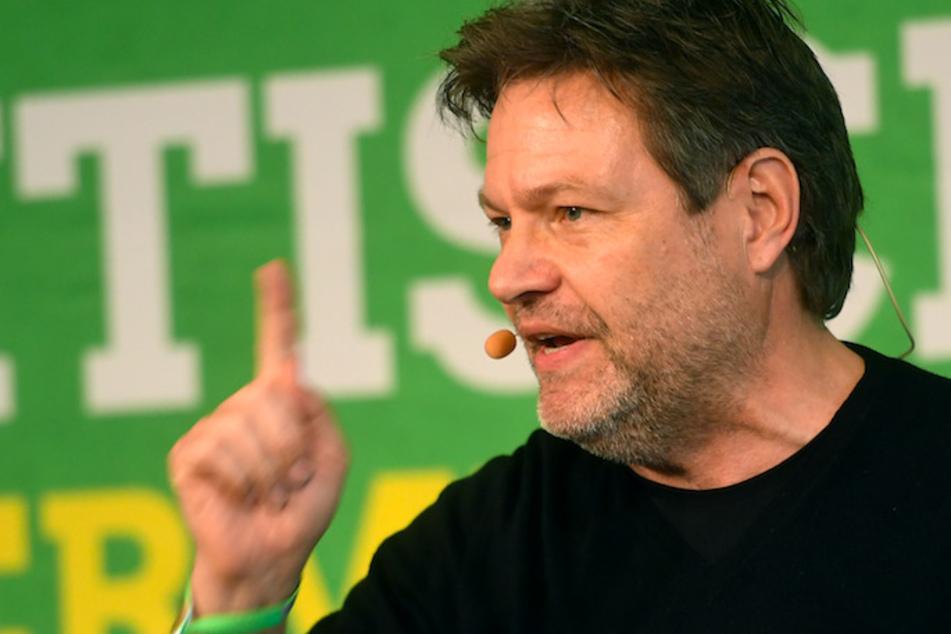 Robert Habeck (51), Bundesvorsitzender von Bündnis 90/Die Grünen, spricht beim Politischen Aschermittwoch der Grünen in Landshut.