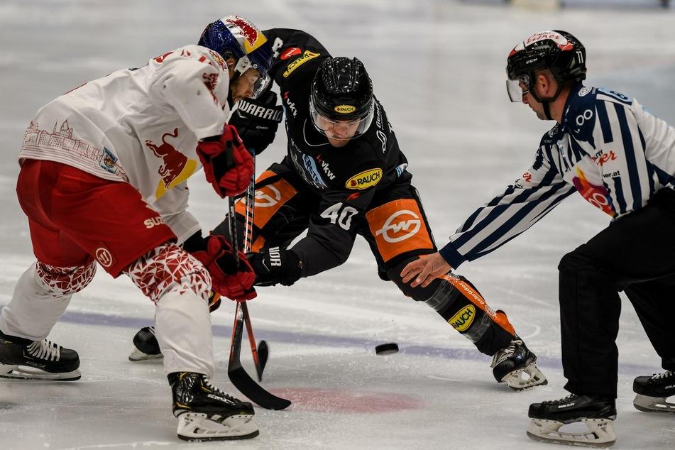 Evan Trupp (M.), hier im Duell mit Raphael Herburger vom EC Red Bull Salzburg, spielte früher bereits in der DEL.