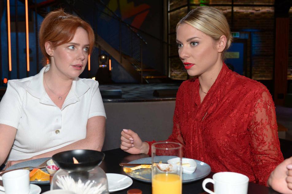 Sunny (r.) berichtet Toni von ihrer Affäre mit Philip.