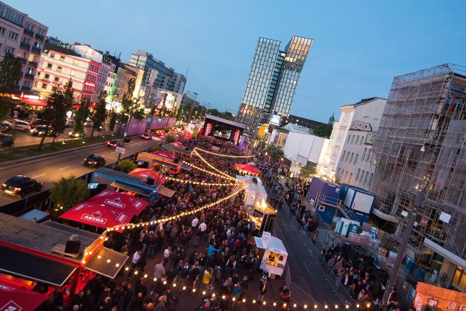Zahlreiche Besucher stehen auf dem Spielbudenplatz: Hier wird am Donnerstag der Kultursommer eröffnet.