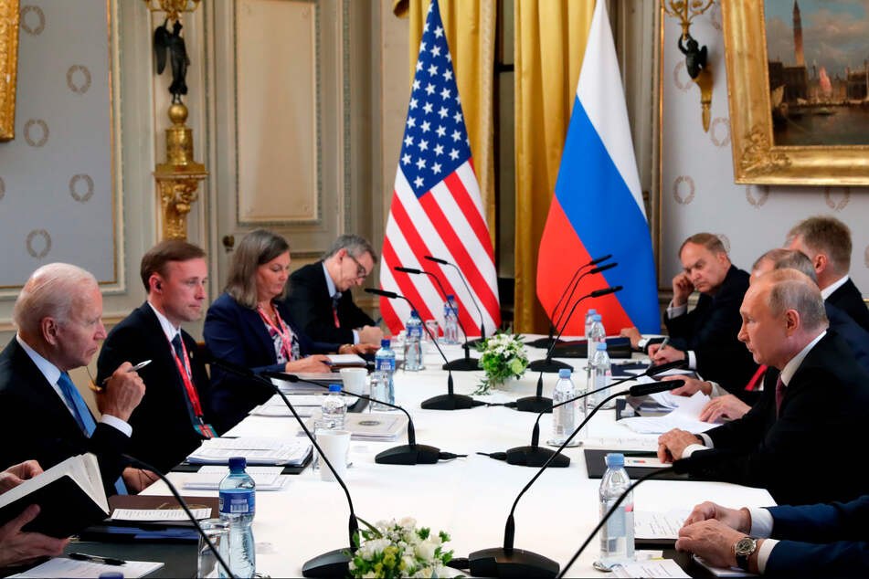 """Joe Biden (l.), Präsident der USA, und Wladimir Putin, Präsident von Russland (r.), unterhalten sich während ihres Treffens in der """"Villa la Grange""""."""