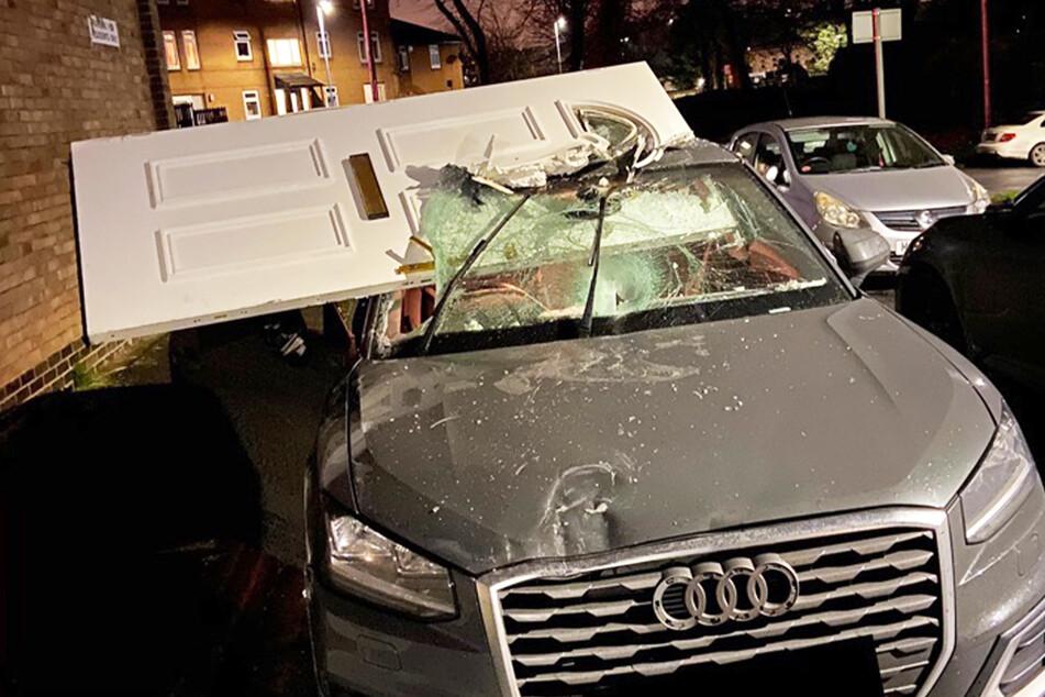18-Jähriger fährt nach Unfall mit Haustür in der Frontscheibe seines Autos herum!