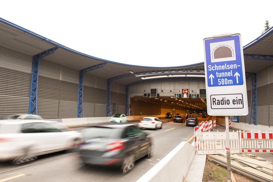 Achtung, Verkehrsbehinderung! Auf der A7 wird ein Tunnel gewaschen