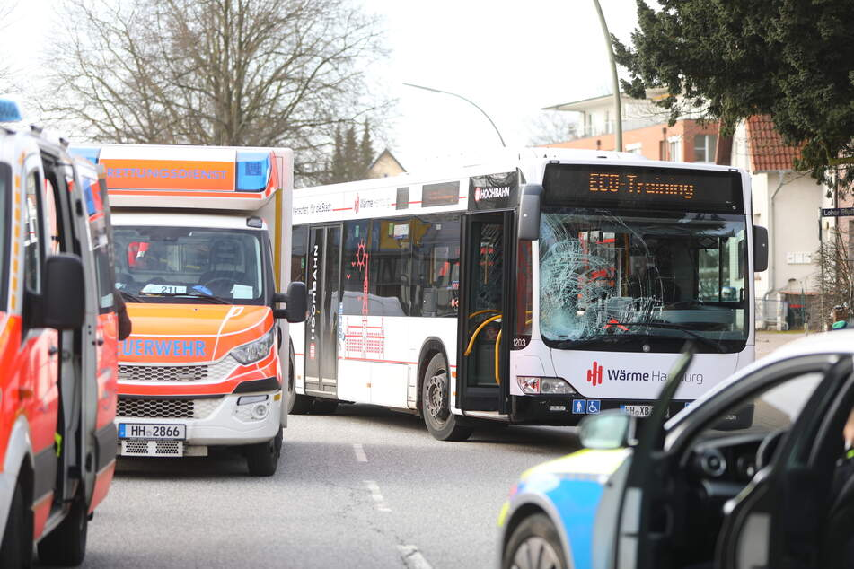 Bus kollidiert mit Fahrradfahrer: Senior lebensgefährlich verletzt