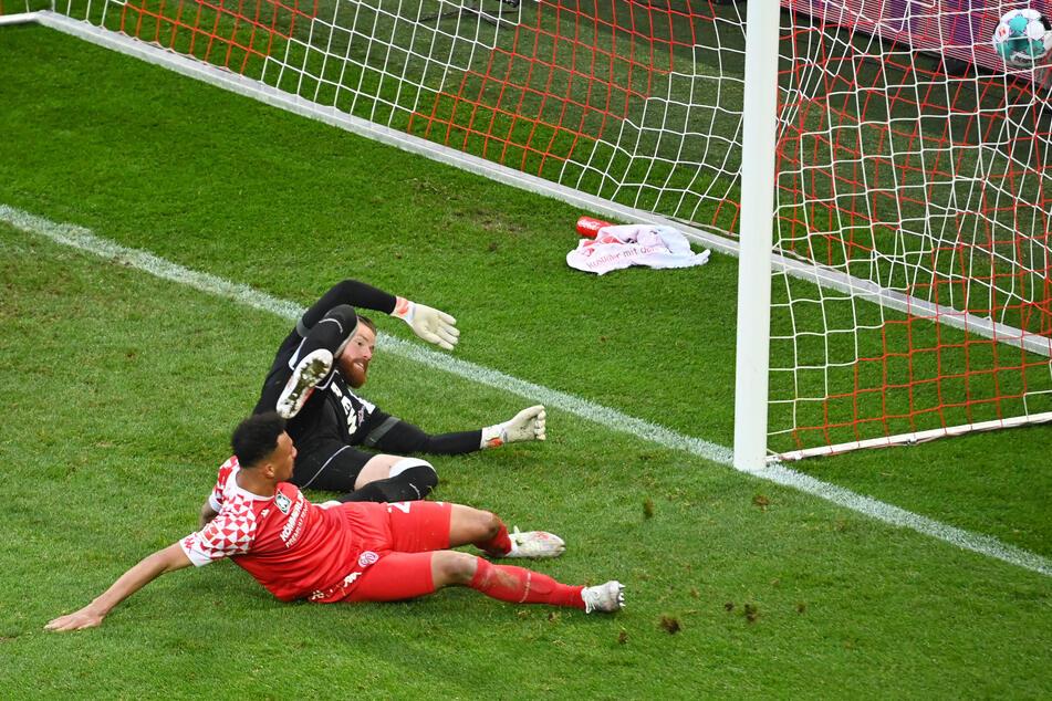 Karim Onisiwo (v.) trifft für den 1. FSV Mainz 05 zum 2:2-Ausgleich. FC-Torwart Timo Horn hat keine Chance.