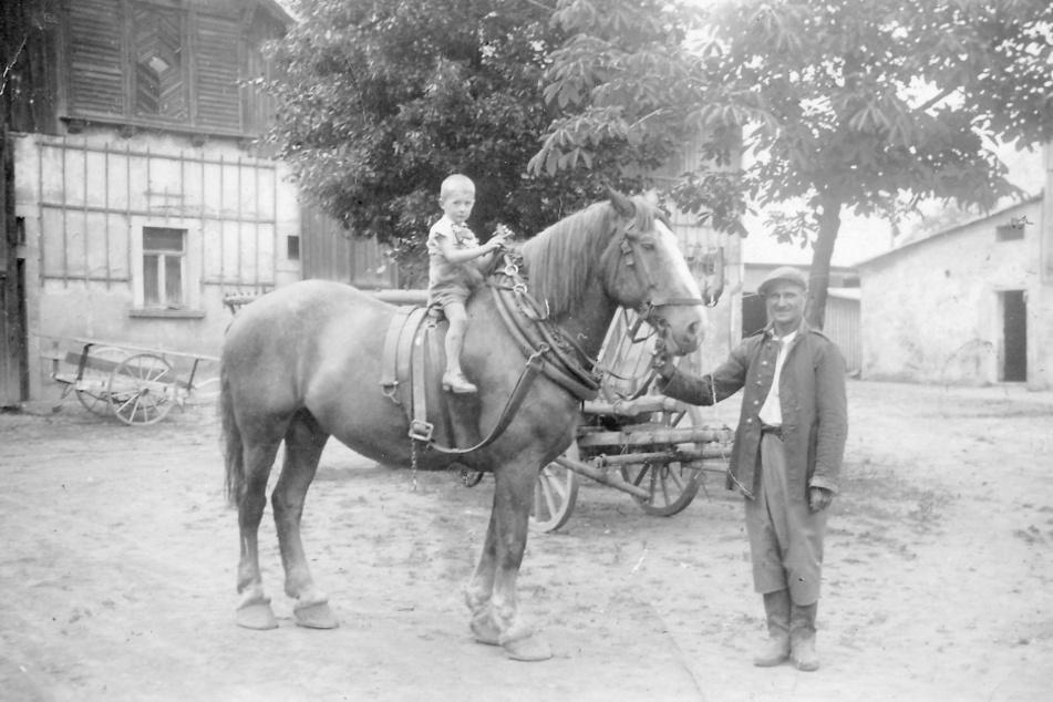 Christian um 1943 auf einem Pferd im Hof.
