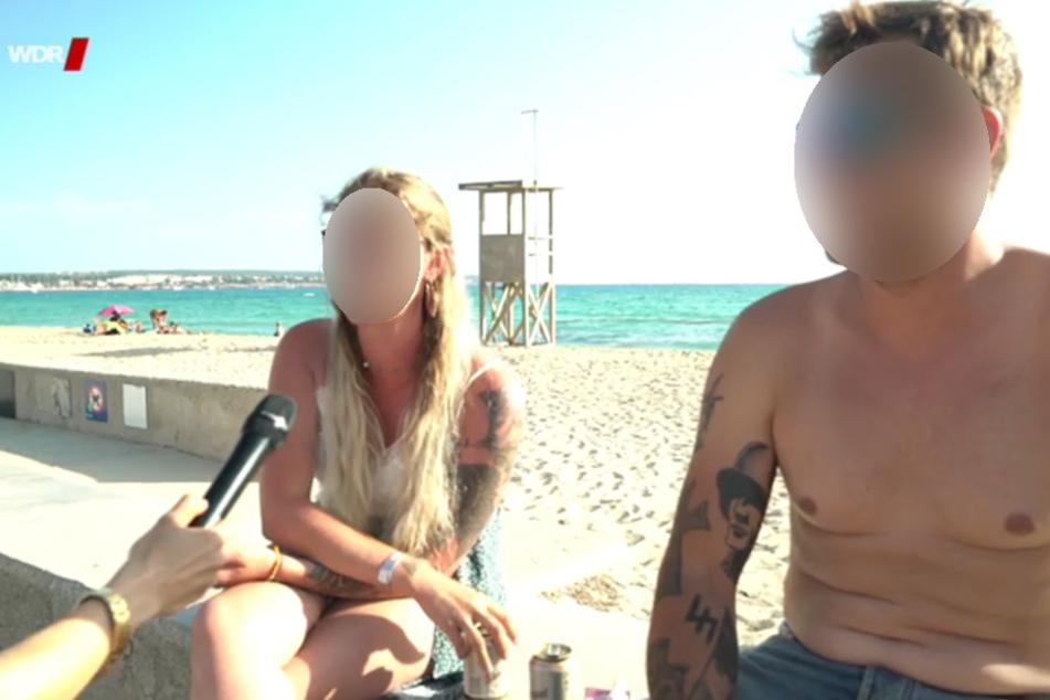 Auf dem rechten Arm eines Urlaubers sind die umstrittenen Tattoos zu sehen.
