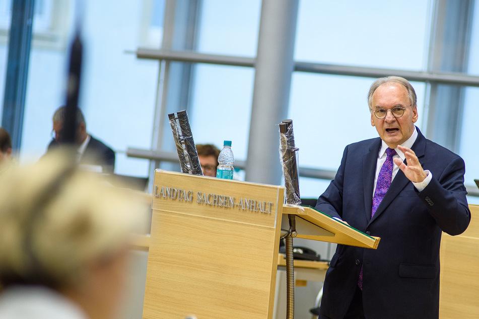 Sachsen-Anhalts Ministerpräsident Reiner Haseloff (CDU) will weiterhin kein Bußgeld für Maskenverweigerer.