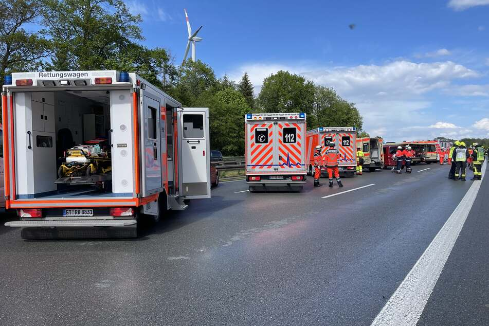 Mehrere Krankenwagen bringen die Verletzten in die Klinik.