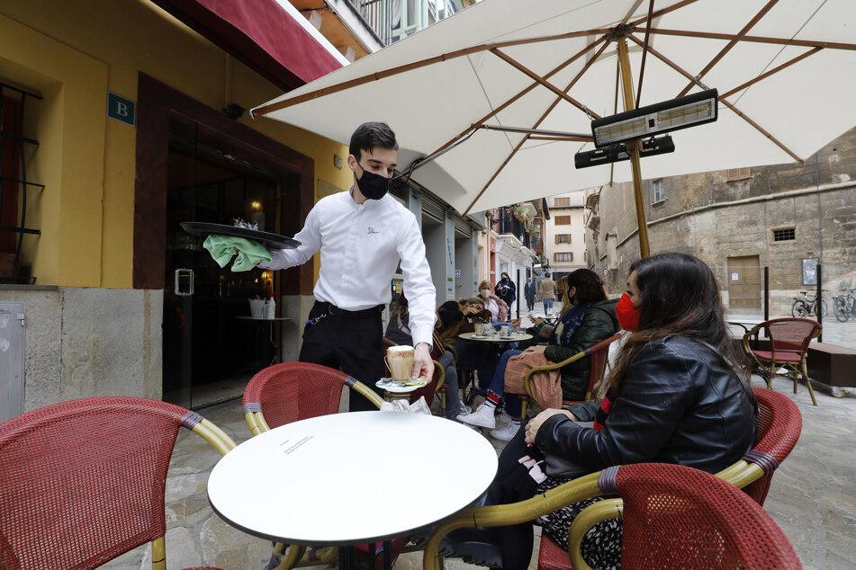 Die Außengastronomie hat in Mallorca zwar schon wieder geöffnet, allerdings nur unter eingeschränkten Bedingungen. Zum Beispiel dürfen maximal vier Personen an einem Tisch Platz nehmen.